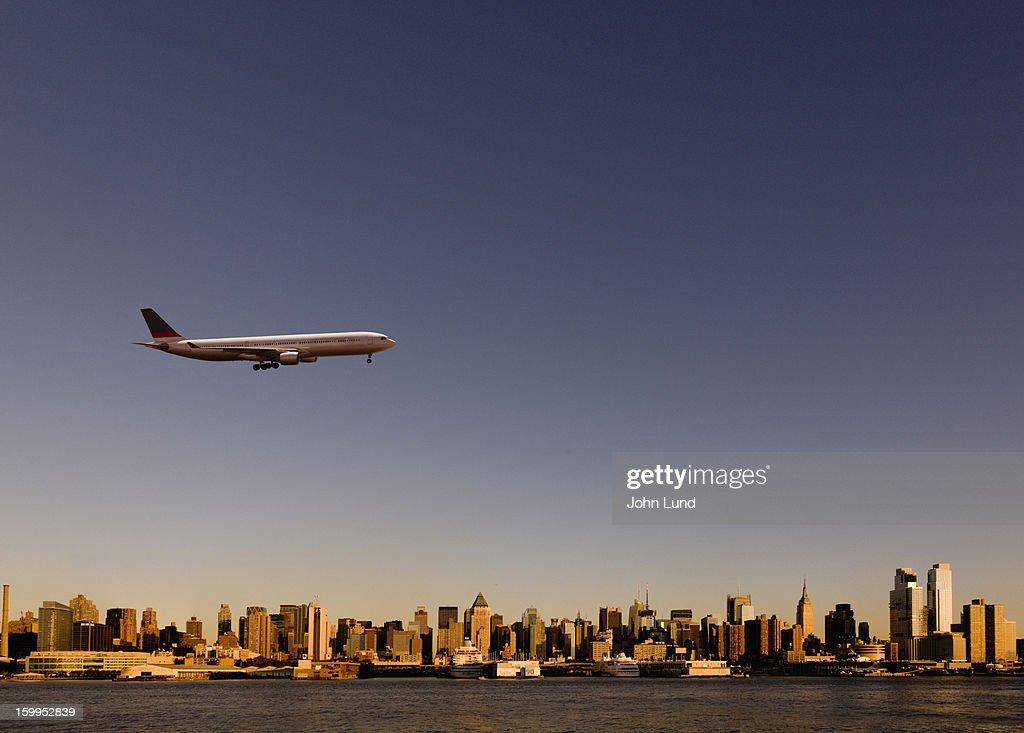 Approaching jetliner over New York : Stock Photo