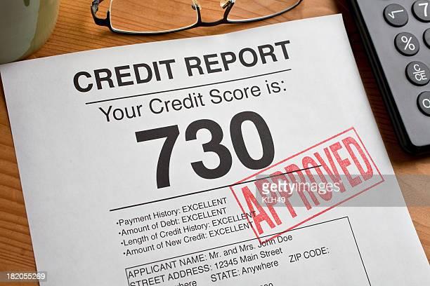 承認済みクレジットスコアフォームにデスクを備えております。
