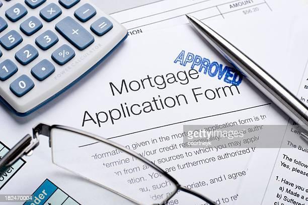 Hypothek Antrag genehmigt form mit einem Taschenrechner und Stift