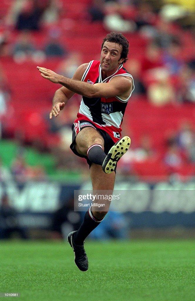 Justin Peckett of St. Kilda in action against the Western Bulldogs, during the 1999 AFL Premiership Round 4 game, where St. Kilda (107) defeated Western Bulldogs (99) at Waverely Park, Melbourne, Australia. \ Mandatory Credit: Stuart Milligan /Allsport