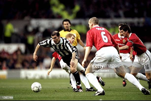 Zinedine Zidane of Juventus beats Paul Scholes of Manchester United to burst through midfield in the UEFA Champions League semifinal first leg match...