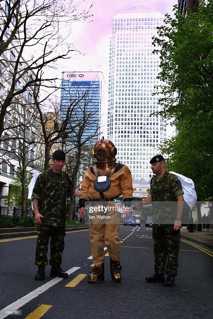 Lloyd Scott of Essex continues his journey as he attempts to complete The 2002 Flora London Marathon dressed in a deep sea diver's suit. DIGITAL IMAGE Mandatory Credit: Ian Walton/Getty Images