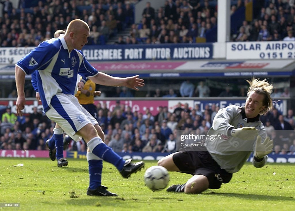 Nick Chadwick of Everton attempts to shoot past keeper Ian Walker of Leicester during the Everton v Leicester City FA Barclaycard Premiership match at Goodison Park, Everton. DIGITAL IMAGE Mandatory Credit: CLIVE BRUNSKILL/Getty Images