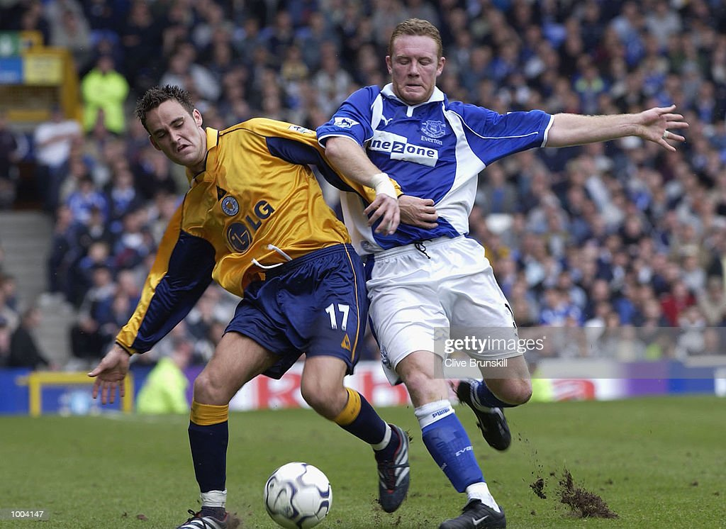 Steve Watson of Everton tussles with Stefan Oakes during the Everton v Leicester City FA Barclaycard Premiership match at Goodison Park, Everton. DIGITAL IMAGE Mandatory Credit: CLIVE BRUNSKILL/Getty Images