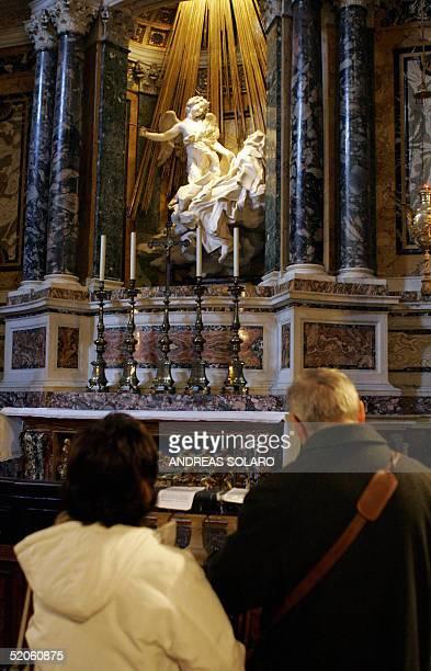 PAPIER' Apres Paris l'auteur du 'Da Vinci Code' fournit un alibi au tourisme dans Rome' Tourists look at the statue representing Santa Teresa in...