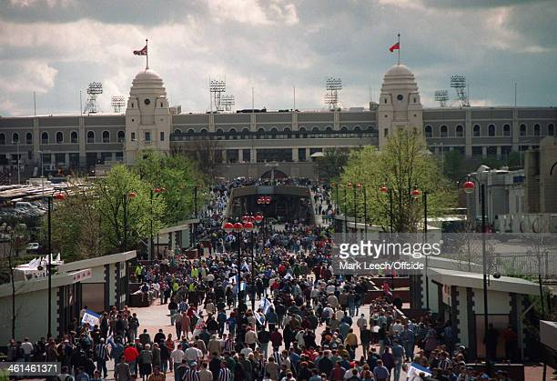 20 April 1994 Auto Windscreens Trophy Huddersfield v Swansea City Fans make their way to Wembley Stadium