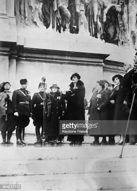 Après avoir remis son alliance en or la reine Hélène d'Italie reçoit en échange une alliance en acier à Rome Italie le 19 décembre 1935