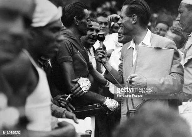 APrès l'arrivée au Parc des Princes Fausto Coppi vainqueur du Tour de France répond aux questions des journalistes à Paris France le 24 juillet 1949