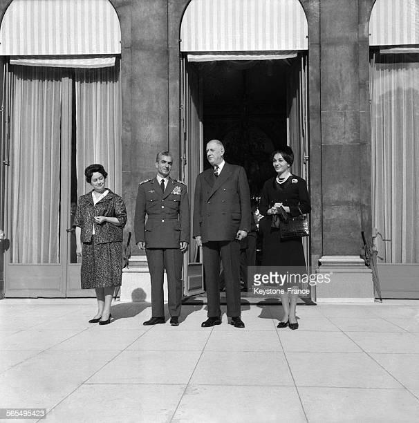 Après le déjeuner au Palais de l'Elysée de gauche à droite Madame de Gaulle le Shah d'Iran le Général de Gaulle et l'Impératrice Farah à Paris France...