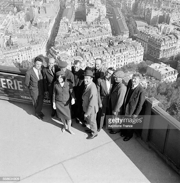 Après le déjeuner Fernand Raynaud montre Paris du premier étage de la Tour Eiffel aux cantonniers auvergnats qu'il a invité le 6 octobre 1965 à Paris...