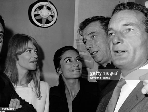 Après son tour de chant Yves Montand est entouré par ses amis venus le féliciter dans sa loge Françoise Hardy Anouk Aimée et Eric Tabarly à l'Olympia...