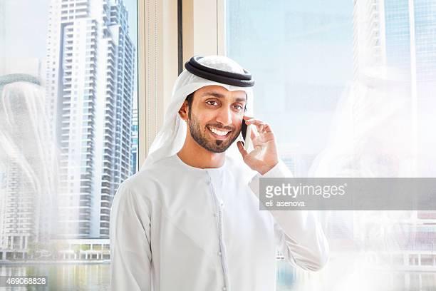 Arabe Homme d'affaires répondant à un téléphone mobile à Dubaï.