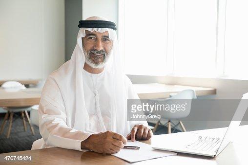 Hombre de negocios árabe confianza y sonriendo en oficina