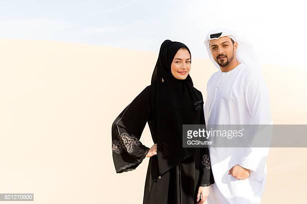 Árabe Pareja en el desierto