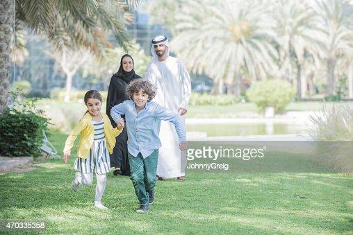 Arab Emirati familia al aire libre en el parque