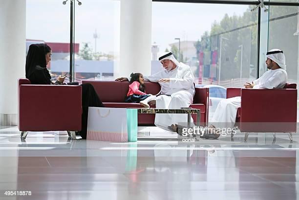 Arabische Familie in shopping center