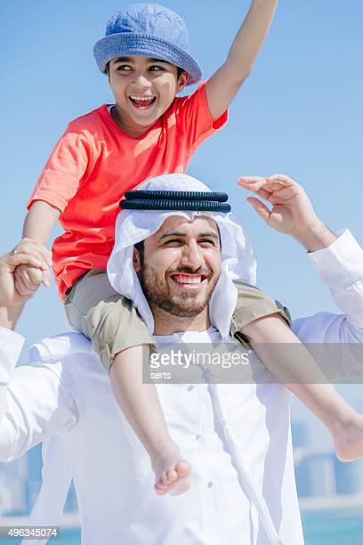 Arab père et fils s'amuser à la plage