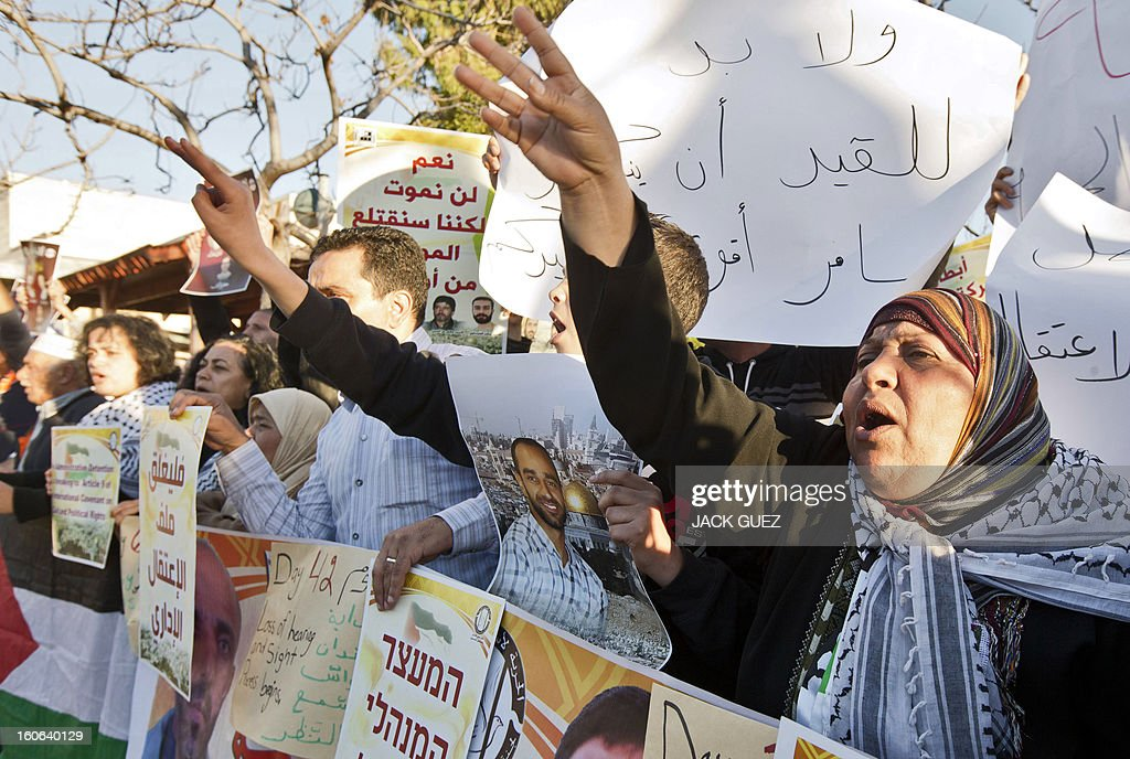 Arab Israelis demonstrate outside the Ramle prison in central Israel on February 4, 2013 in solidarity with hunger-striking Palestinian prisoners held by Israel. AFP PHOTO / JACK GUEZ