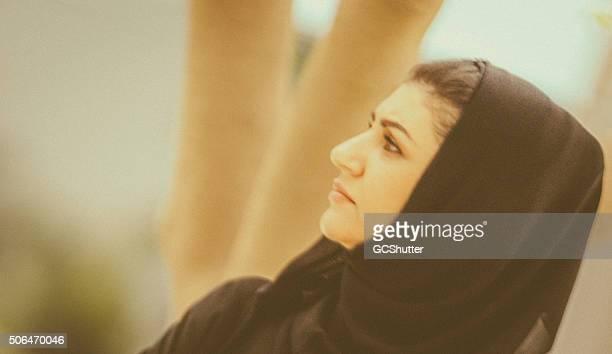 Femme arabe dans un parc
