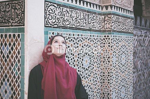 45d0e4b04 Mujer árabe En La Ropa Tradicional Con Rojo Hijab En La Cabeza Foto ...