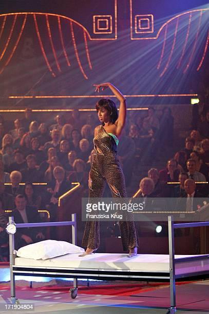 Arabella Kiesbauer Bei Der Magieshow Bei Der Generalprobe Zu 'Stars In Der Manege' Im Circus Krone In München