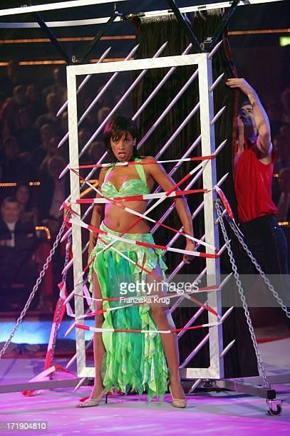 Arabella Kiesbauer In Der Magieshow Mit Dem Prince Of Illusion Bei Der Zirkusveranstaltung 'Stars In Der Manege' Im Circus Krone In München
