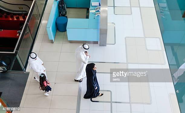 Arabian familia en el centro comercial