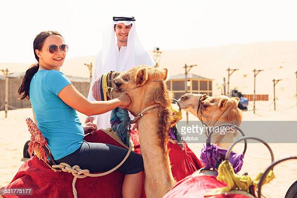 arabian man riding turísticas y un camello
