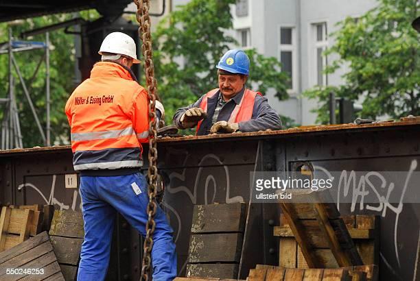Arbeiter bei der Demontage der UBahnbrücke an der Kreuzung Schönhauser Alle/Bornholmer Strasse BerlinPrenzlauer Berg