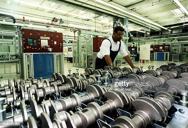 Arbeiter bei der Motorenproduktion für den Kleinwagen 'Smart' 1997
