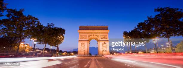 Arc de Triomphe de nuit à Paris, France
