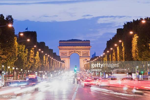 Arc de Triomphe de nuit à Paris, France