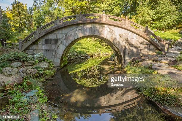 Bogenförmige Stone-Brücke in den japanischen Garten, koji yamamoto, Tokio