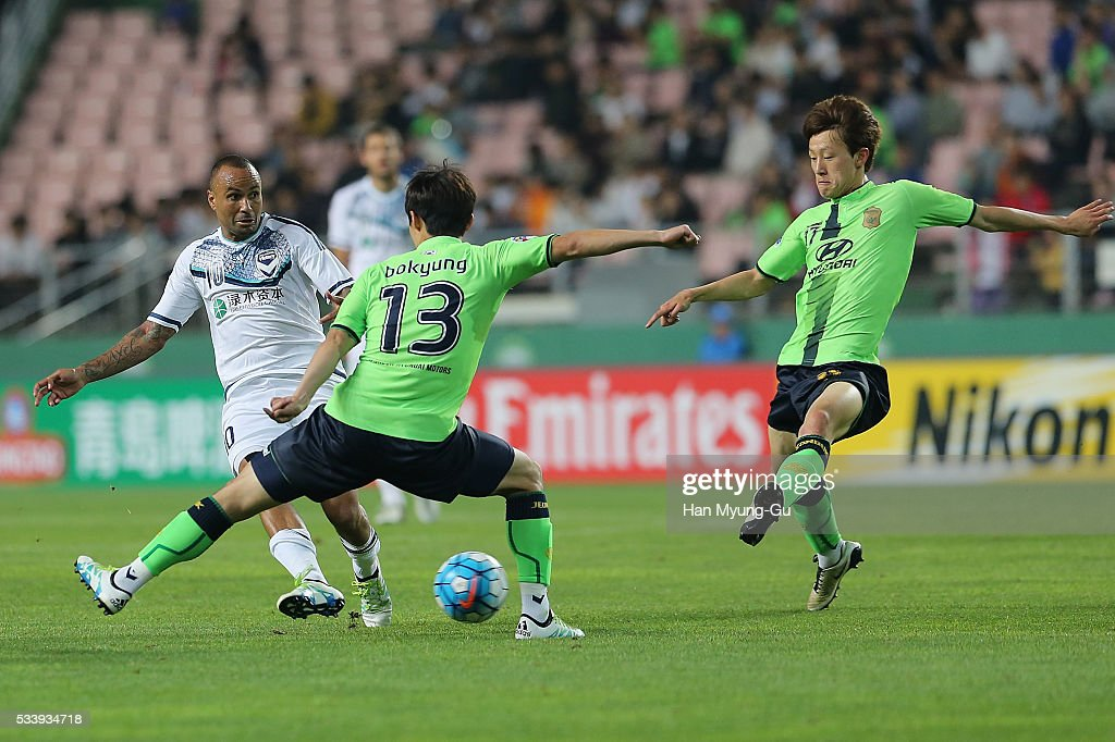 Archie Thompson of Melbourne Victory and Kim Bo-Kyung of Jeonbuk Hyundai Motors compete for the ball during the AFC Champions League Round Of 16 match between Jeonbuk Hyundai Motors and Melbourne Victory at Jeonju World Cup Stadium on May 24, 2016 in Jeonju, South Korea.