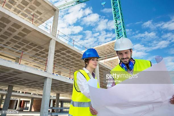 L'architecte sur le chantier de construction et de développement