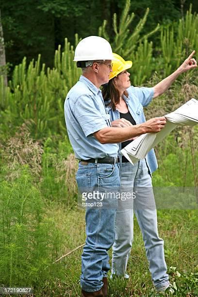 Architecte et bricoleur ou les experts peuvent discuter du bâtiment. Plan.