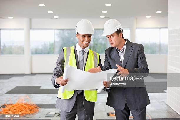 Architekt und Geschäftsmann, Prüfung Werkzeuge in leere Büro