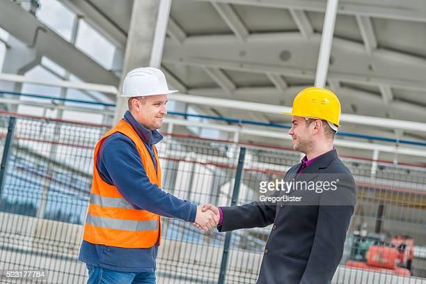 Architekten, Bauarbeiter Händeschütteln