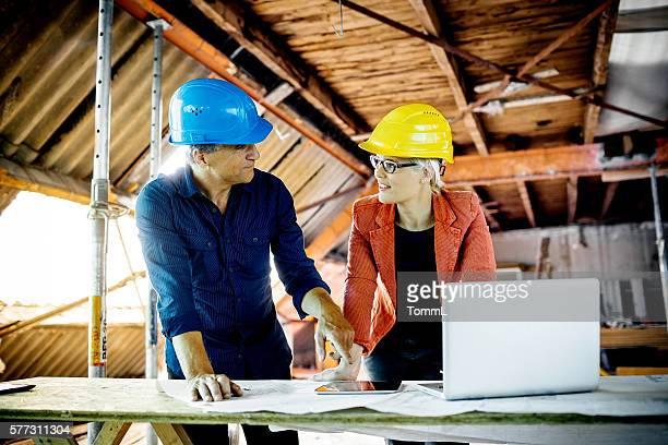 Architekten, Bauarbeiter mit Plänen, Tablet PC und Laptop