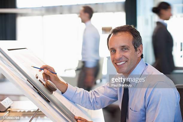 Architetto disegno blueprint in ufficio