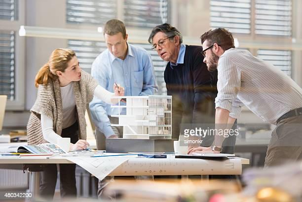 Architecte expliquant le plan de projet pour le client