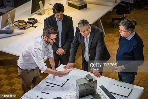 Imprenditore edile foto e immagini stock getty images for Cianografie a due piani