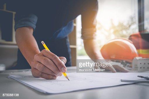 Architekten Sie Mann mit Bleistift arbeiten mit Laptop und Baupläne für architektonischen Plan, Ingenieur, ein Bau-Projekt-Konzept zu skizzieren. : Stock-Foto