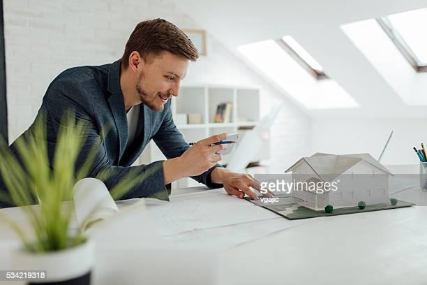 Architecte photographier Architecture modèle au bureau.