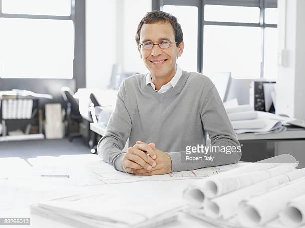 Architecte posant avec plan