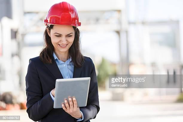 Architekt bei der Durchsicht der Pläne auf digitale tablet auf Baustelle