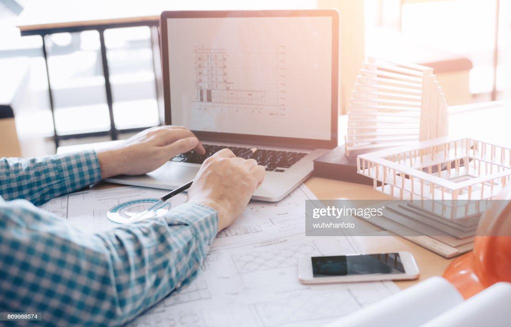 Larchitecte assis dans le bureau moderne à laide de projet de