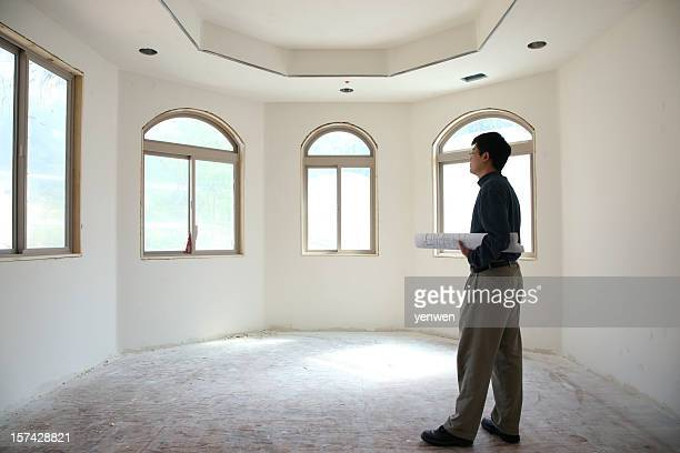 Architecte debout dans une salle vide