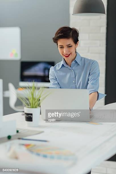 Architetto utilizzando computer portatile nel suo ufficio.