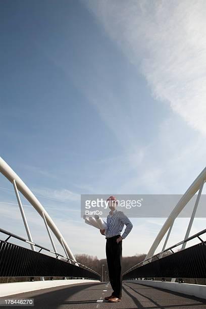 Architecte avec plan debout sur l'autoroute